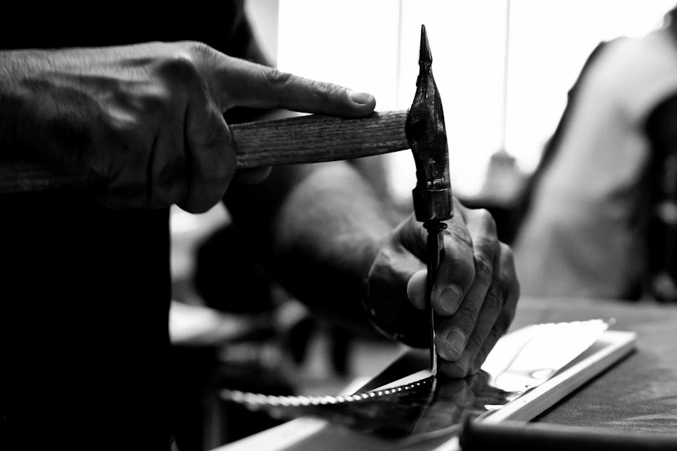 photos exlusives des artisans des ateliers louis vuitton à asnières sur seine pendant les journées particulières. Ici le lozinage d'une malle