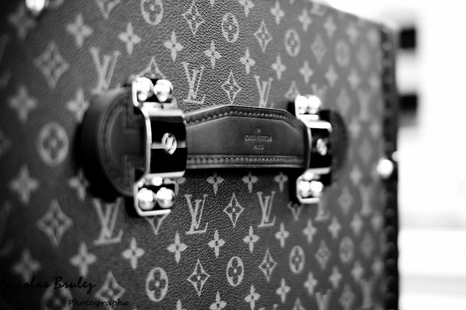 photos exlusives des artisans des ateliers louis vuitton à asnières sur seine pendant les journées particulières. ici les malles avec sa poignée en cuir marquée du nom de LOUIS VUITTON
