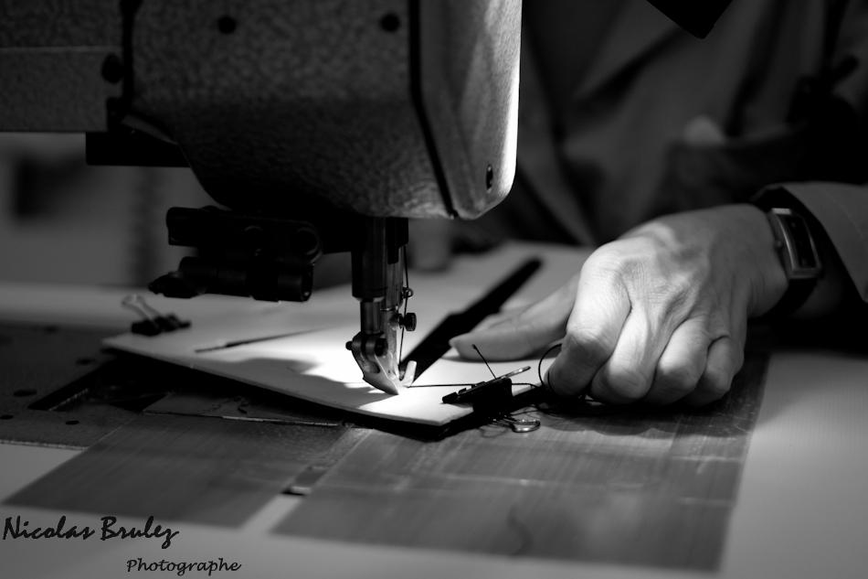 photos exlusives des artisans des ateliers louis vuitton à asnières sur seine pendant les journées particulières. ici une ouvrière coud un sac à main