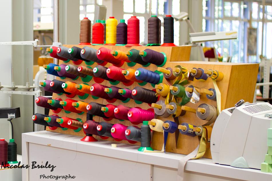 photos exlusives des artisans des ateliers louis vuitton à asnières sur seine pendant les journées particulières. ici les différentes couleurs de fils utilisés pour la couture des sacs à main