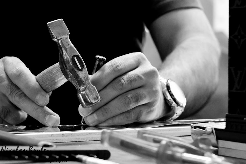 photos exlusives des artisans des ateliers louis vuitton à asnières sur seine pendant les journées particulières. ici un artisan lozine une plaque de laiton