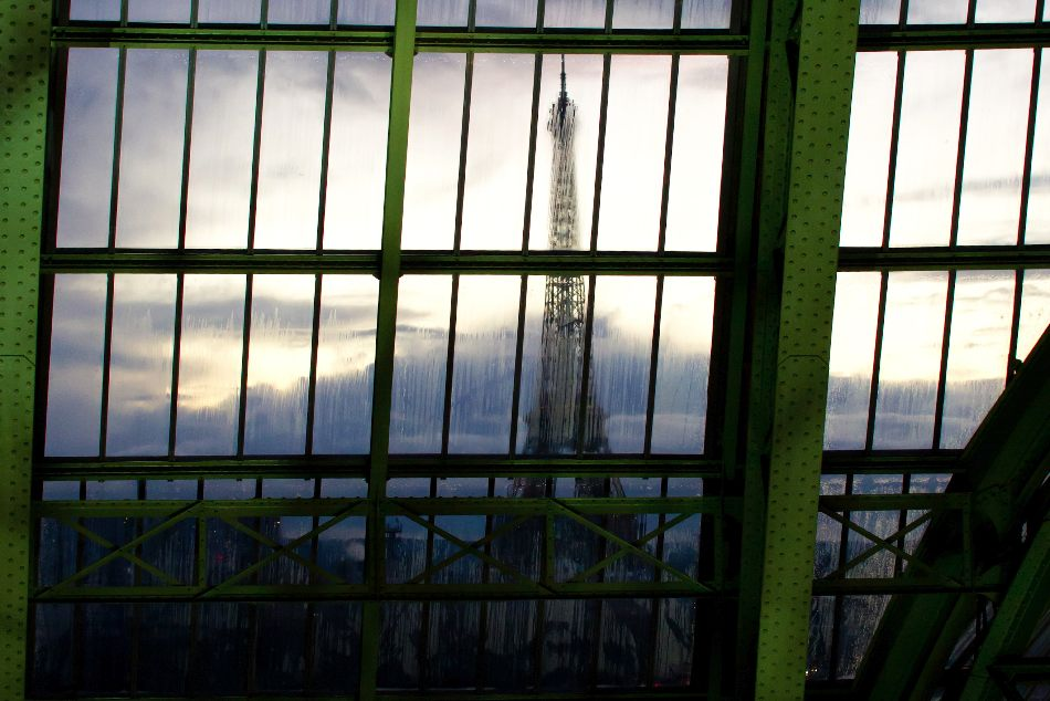 la tour eiffel à travers les vitres de la nef du grand palais